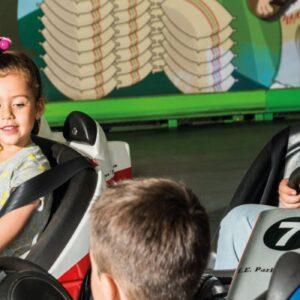 Niños en carritos mini chocones en el parque nacional del café