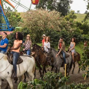 Personas a caballo parque del café